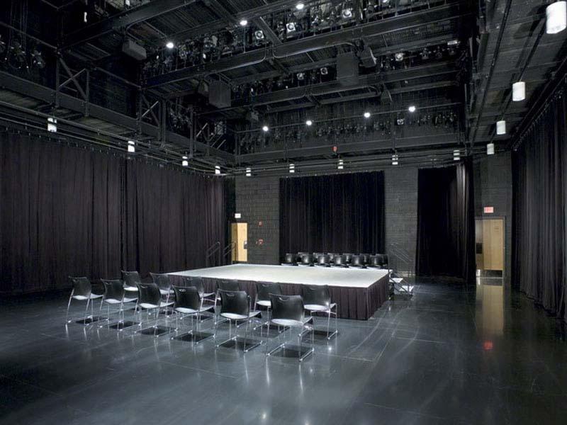 Samts skatuvei, melns. 100% kokvilna. Blīvums 350g/m². Platums 150cm. Ugunsdrošība: DIN 4102/B1