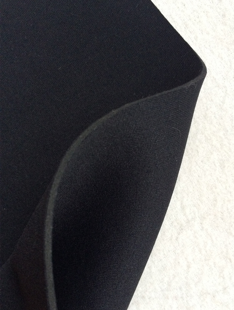 Neoprēns. Bl.667g/m². Pl.120cm. Biezums 2,5mm. Melna krāsa. Bezmaksas piegāde!